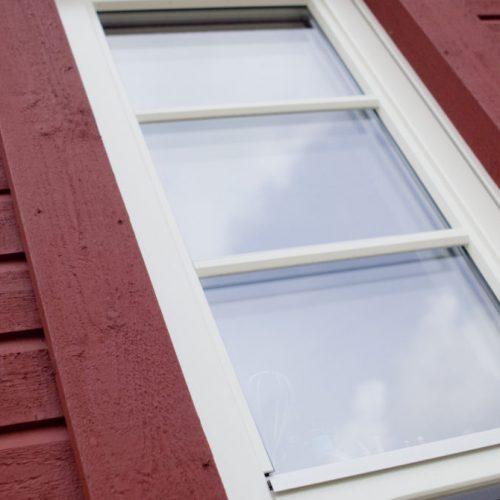 Vridfönster i trä med utanpåliggande spröjs