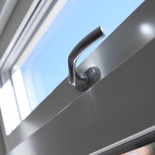 Överkantshängt fönster